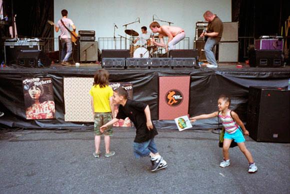 Pissed Jeans live. Fonte: whitedenim.com/pissedjeans
