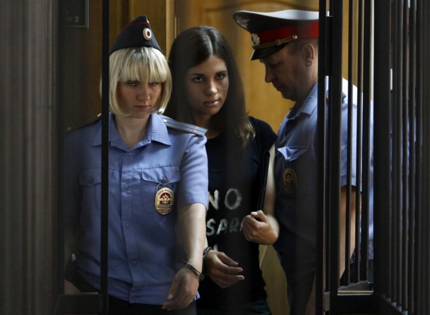 Nadia delle Pussy Riot e la sua carceriera